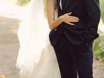 Bruid die bruidegom koestert Royalty-vrije Stock Afbeeldingen