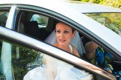 Bruid die door auto weggaan Royalty-vrije Stock Afbeeldingen
