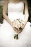 Bruid die een boeket houden stock foto's