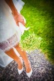 Bruid die een boeket houden die van kamillebloemen wordt gemaakt Stock Foto's