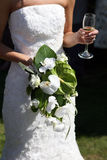 Bruid die een boeket van bloemen en drank houdt Stock Afbeelding