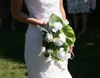 Bruid die een boeket van bloemen houdt Stock Afbeeldingen