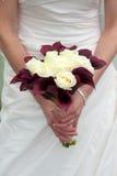 Bruid die een huwelijksboeket houden Stock Fotografie
