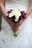 Bruid die een huwelijksboeket houden Royalty-vrije Stock Foto