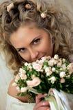Bruid die een mooi boeket houdt stock foto