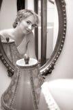 Bruid die in een spiegel kijkt Royalty-vrije Stock Fotografie