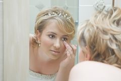 Bruid die in een spiegel kijkt Stock Fotografie