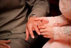 Aanzettend een verlovingsring Stock Afbeeldingen