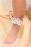 Bruid die gekleed wordt Royalty-vrije Stock Foto