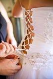 Bruid die gekleed wordt Stock Fotografie