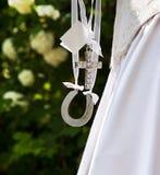 Bruid die gelukkige charmes draagt. Royalty-vrije Stock Afbeeldingen