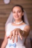 Bruid die gouden bruiloftring op haar hand tonen Stock Foto's