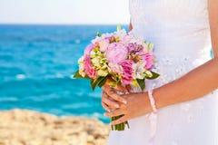 Bruid die haar boeket houden Stock Foto