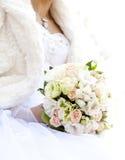 Bruid die haar boeket houdt Royalty-vrije Stock Afbeeldingen
