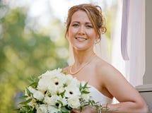 Bruid die Haar Boeket houdt stock fotografie