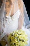 Bruid die haar boeket in overlapping houdt Royalty-vrije Stock Foto's