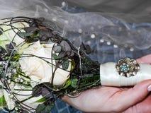 Bruid die haar bruids bloemboeket houdt Royalty-vrije Stock Afbeelding