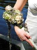 Bruid die haar bruids bloemboeket houdt Stock Afbeelding