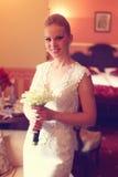 Bruid die Haar Huwelijksbloemen houden Royalty-vrije Stock Fotografie