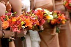 Bruid die haar huwelijksboeket houdt Stock Foto's