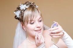 Bruid die haar lippen schildert Royalty-vrije Stock Foto's