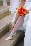 Bruid die haar Schoenen aanpast stock afbeeldingen