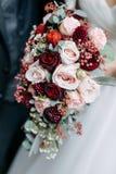 Bruid die het huwelijksboeket houdt royalty-vrije stock afbeelding
