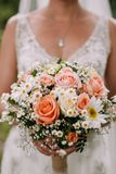 Bruid die het huwelijksboeket houdt stock afbeeldingen