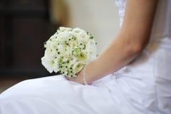 Bruid die het mooie boeket van huwelijksbloemen houdt Royalty-vrije Stock Foto