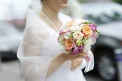 Bruid die het mooie boeket van huwelijksbloemen houdt Royalty-vrije Stock Fotografie