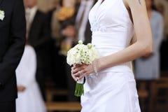 Bruid die het mooie boeket van huwelijksbloemen houdt Royalty-vrije Stock Afbeeldingen