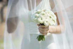 Bruid die het mooie boeket van huwelijksbloemen houdt Stock Foto's