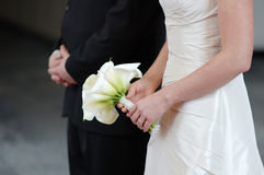 Bruid die het mooie boeket van huwelijksbloemen houdt Stock Afbeeldingen