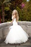 Bruid die in het park loopt Royalty-vrije Stock Afbeelding