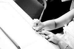 Bruid die huwelijksboek ondertekent Royalty-vrije Stock Afbeeldingen