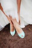 Bruid die Huwelijksschoenen dragen Stock Afbeeldingen