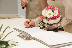 Bruid die huwelijksvergunning of huwelijkscontract ondertekenen Royalty-vrije Stock Foto's