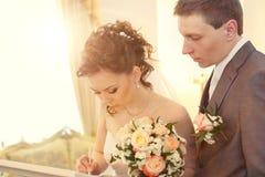Bruid die huwelijksvergunning ondertekent Royalty-vrije Stock Fotografie