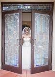 Bruid die kerk verlaten Stock Afbeelding