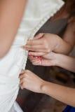 Bruid die klaar vóór huwelijk wordt Stock Foto's