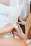 Bruid die klaar wordt Mooie bruid in wit royalty-vrije stock foto's