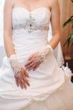 Bruid die klaar wordt Mooie bruid in wit Stock Afbeelding