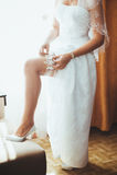 Bruid die klaar wordt Mooie bruid in wit Stock Fotografie