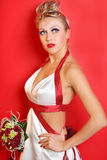 Bruid die in kleding met rode linten draagt Stock Fotografie