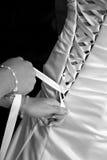 Bruid die in Kleding wordt vastgemaakt Stock Foto