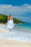 Bruid die langs overzeese kust loopt Stock Afbeelding