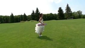 Bruid die in langzaam-mo loopt stock videobeelden