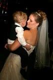 Bruid die met zoon danst Stock Afbeelding