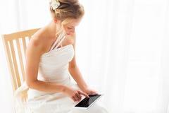 Bruid die moderne technologie gebruiken Stock Foto