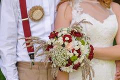 Bruid die mooi huwelijksboeket houdt Royalty-vrije Stock Foto's